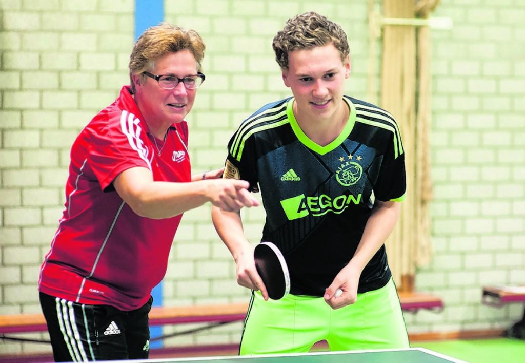 Trainster Juliet van Veen geeft talent Nick Lockhorst aanwijzigingen. FOTO RODNEY KERSTEN